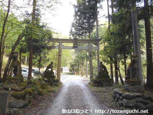 武甲山の表参道コース登山口にある一の鳥居