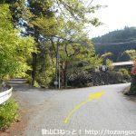 白石車庫バス停から白石峠(笠山峠)方面に上った先の分岐を右へ