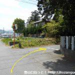 小川町駅から官ノ倉山の登山口に向かう途中の八幡神社に突き当たって左折してすぐに右折
