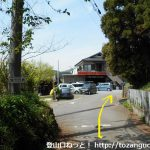 小川町駅から官ノ倉山の登山口に向かう途中の八幡神社の横で車道に出合うところ