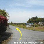小川町駅から官ノ倉山の登山口に向かう途中の八幡神社の先で広めの車道に出たところから左の小路に入りその先を左折