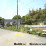 小川町駅から官ノ倉山の登山口に向かう途中の畑の間のハイキングコース