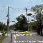 国道254号線から右折して官ノ倉山の登山口方面に進む