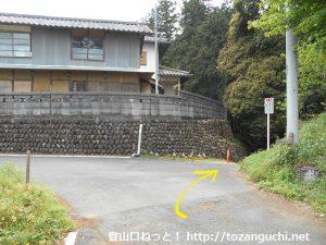 弓立山・男鹿岩の登山口手前の八幡神社の裏手