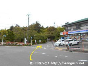 天覧山の登山口前(能仁寺の参道入口前)