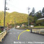西吾野駅前の橋を渡ってすぐに右に進む
