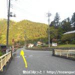 西吾野駅前の橋を渡って直進
