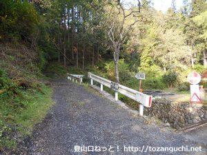 小床集落の子ノ権現登山口から見る登山道の入口