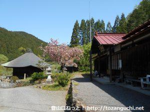 福徳寺の境内(埼玉県飯能市)