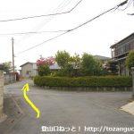 丹荘駅西側の踏切を渡ったらすぐに右の小路に入った先の住宅街の辻
