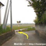 丹荘駅西側の踏切を渡ったらすぐに右の小路に入った先の住宅街の辻の先の左カーブ