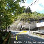 梅田南小学校前バス停横のT字路を右折して県道343号線を北に進む
