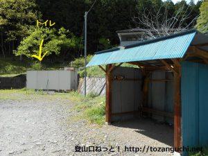 吹上バス停の待合所とトイレ