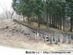 七曲峠の松ノ沢峠方面に向かうハイキングコースの入口