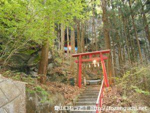 子持神社奥の院(奥宮)の鳥居と参道