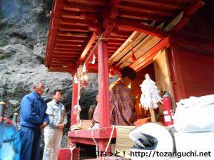 子持神社の奥の院(奥宮)で行われる御籠り前の祈祷