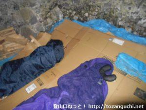 子持神社の奥の院(奥宮)の岩窟に設けられた就寝スペース