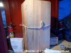 子持神社の奥の院のご神体を収めた箱
