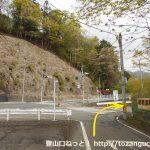 吹割の滝の市営駐車場の横で右折する