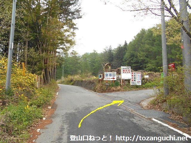 皇海山の登山口に向かう栗原川林道の入口