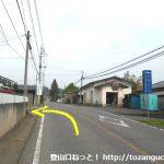 戸神町バス停の東側で左折して虚空蔵尊の方に向かう