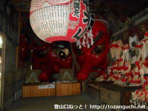 弥勒寺の中峯堂内に飾られる天狗のお面