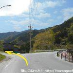 三峰口駅前の車道を西へ歩いたところの三叉路を左に進む