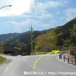 三峰口駅前の車道を西へ歩いたところの三叉路を右に進む