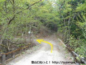 角落山の女坂コース登山口前の赤沢橋