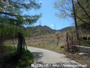 御座山の白岩コースの登山口に向かう農道の農場ゲート前