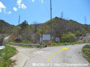 御座山の白岩コースの登山口に向かう農道の分岐①