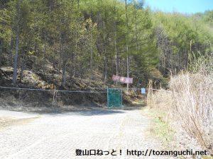 御座山の白岩コースの登山口前の駐車場