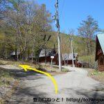長者の森の御座山ハイキングコース入口前の分岐