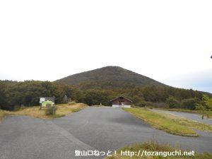 月見ヶ丘の駐車場から見る道後山