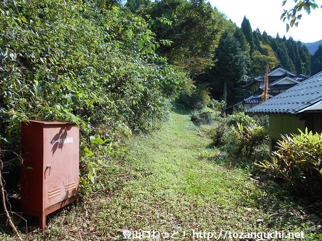 剣森山の登山口から見る登山コースの入口