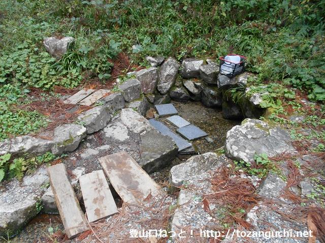 野土路の名水(湧水)の水汲み場