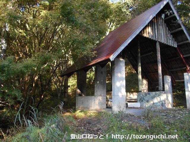 旧越畑キャンプ場の東屋横にある角ヶ仙登山口