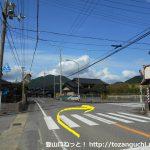 香世橋バス停北側の辻を右折
