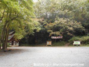 龍ノ口山グリーンシャワー公園の駐車場と龍ノ口山の登山口