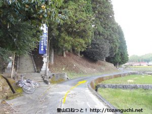 玖波分れバス停から下川上に向かう途中の河津原八幡神社前
