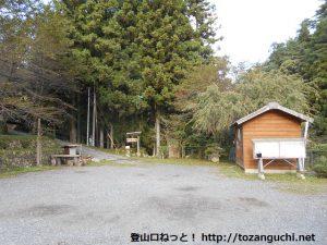 大峯山登山口の駐車場とトイレ