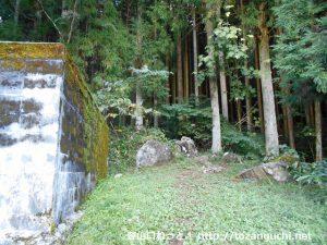 大峯山の登山口前の貯水槽右側から大峯山の登山道に入る