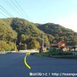 駄荷バス停前のT字路を右に進み県道296号線を三段峡方面に進む