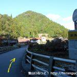 野為橋バス停から橋を渡る