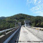 聖湖の樽床ダムの堰堤