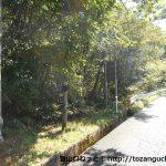 国道191号線の聖湖キャンプ場入口の50mほど東にある臥龍山登山道入口前
