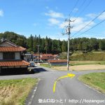 県道114号線の牛鉄前のT字路を左折した先ですぐに右折
