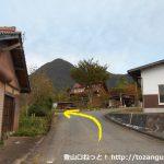 竜頭山登山口バス停前から県道316号線の方に進み、そのすぐ先で左折する