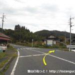 県道6号線から犬伏山の登山口に向かう林道に入るところ