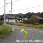 県道6号線から犬伏山の登山口に向かう林道に入るところをすぐに左折